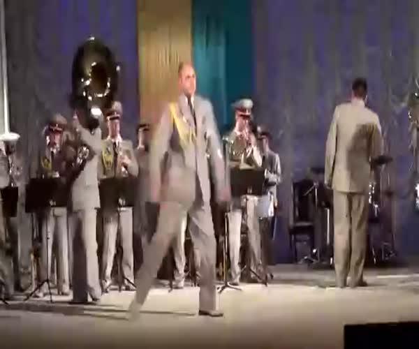 Украинский военный оркестр зажигает по-полной (4.135 MB)