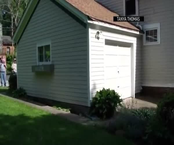91-летний дед всегда мечтал снести дверь гаража как в кино (3.580 MB)