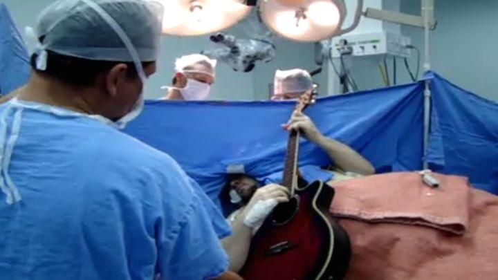 Парень играет на гитаре во время удаления опухоли мозга (9.702 MB)