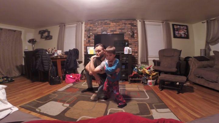 Позитивный танец отца и сына (6.108 MB)