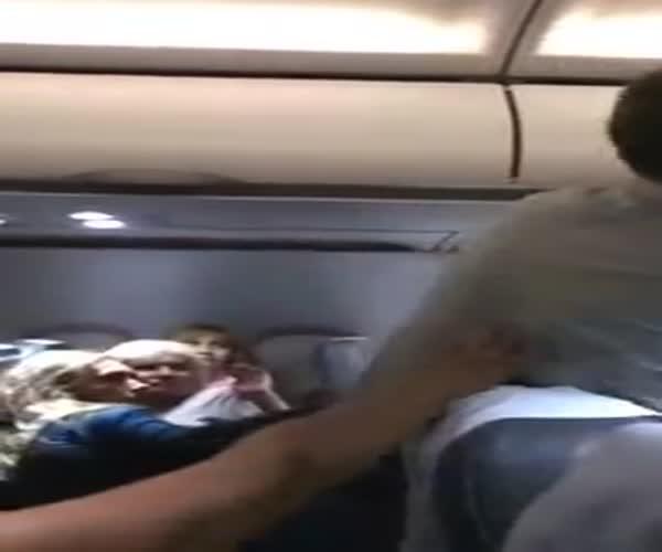 Мужики успокоили пьяное быдло в самолете (793.100 KB)
