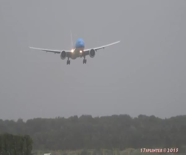 Посадка пассажирского самолета при штормовом ветре (1.666 MB)