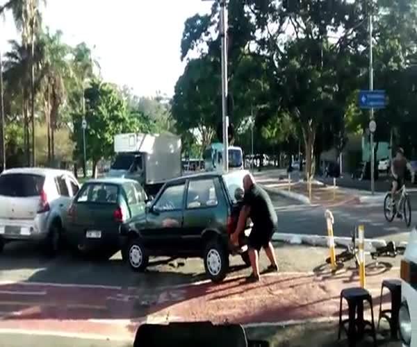 Велосипедист отодвинул машину в велодорожки (2.733 MB)