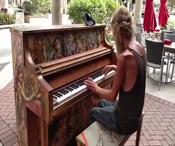 Бездомный мужчина играет на пианино (12.809 MB)