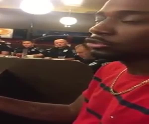 Обкурившийся парень сидит рядом с полицией (1.202 MB)