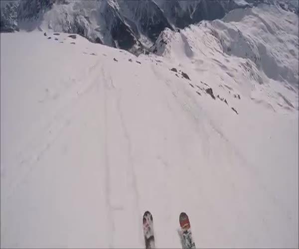 Крутой спуск с горы на лыжах с парашютом (9.546 MB)