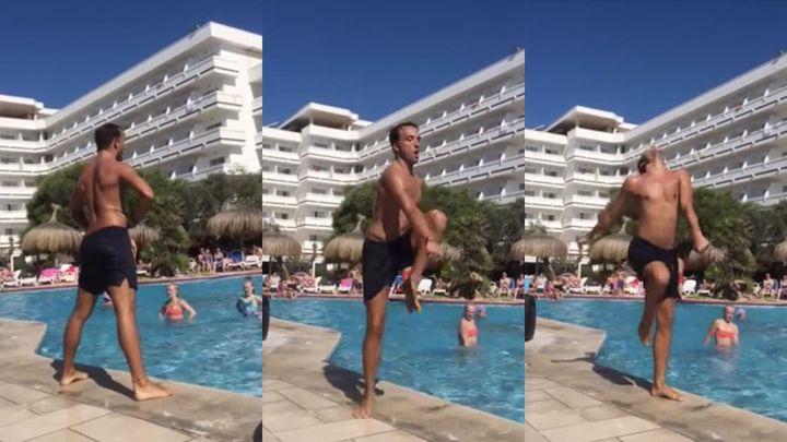 Веселый инструктор по аквааэробике в испанском отеле (9.346 MB)