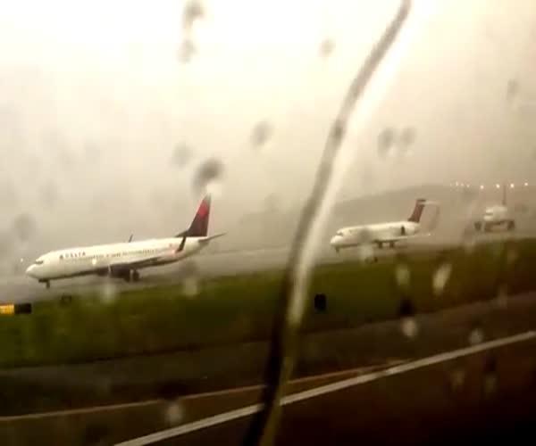 Молния ударила в самолет (1.892 MB)