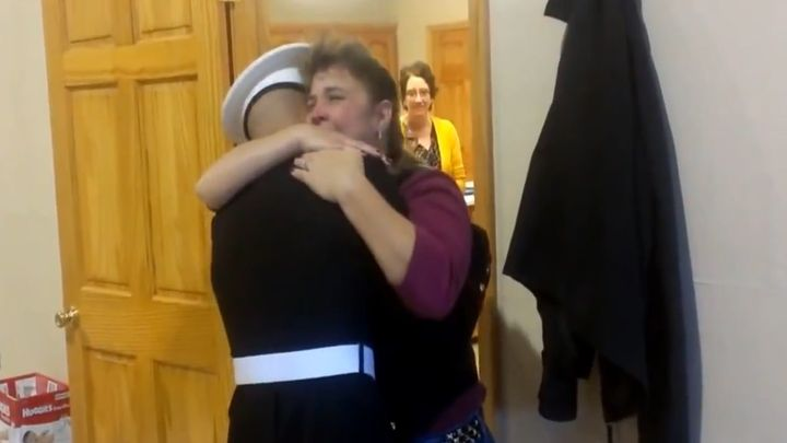 Сын-моряк неожиданно вернулся домой (7.991 MB)