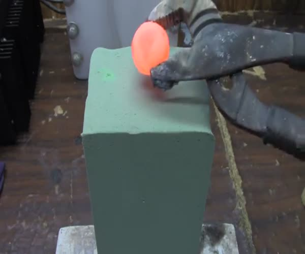 Кладем раскаленный никель на флористическую губку (13.326 MB)