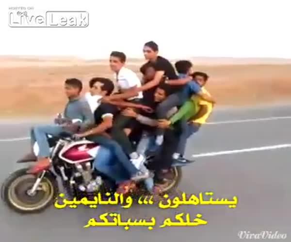 Трюк на мотоцикле (687.777 KB)