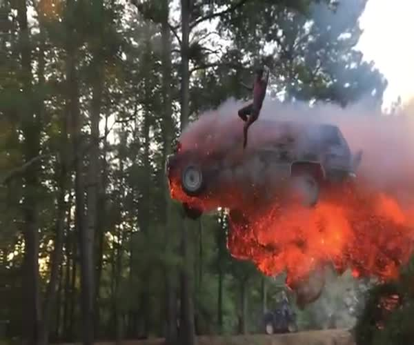 Парень выпрыгнул из горящего автомобиля (3.423 MB)