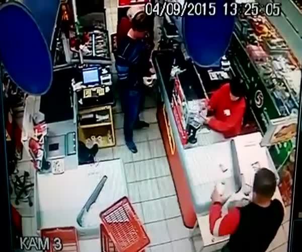 Моральный урод ударил бабушку в одном из магазинов города Сызрань (8.048 MB)