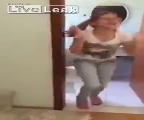 Родители нашли способ оторвать дочку от телефона (339.445 KB)