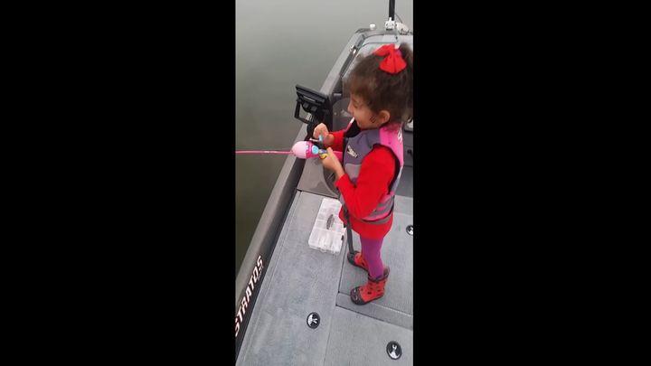 Девочка поймала крупного окуня на детскую удочку (10.801 MB)