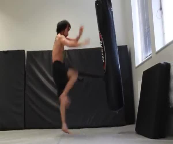 Мастер боевых сцен в кино показывает свои навыки (12.068 MB)