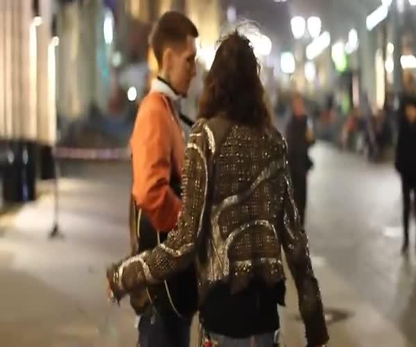 Стивен Тайлер спел вместе с уличным музыкантом в Москве (6.924 MB)