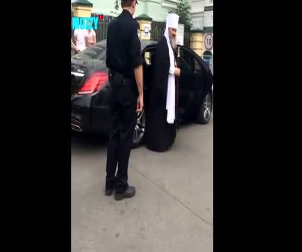 Священнослужитель в Киеве и гаишник (4.348 MB)