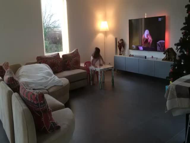 Папа и дочка повторяют выступление из телешоу (6.283 MB)