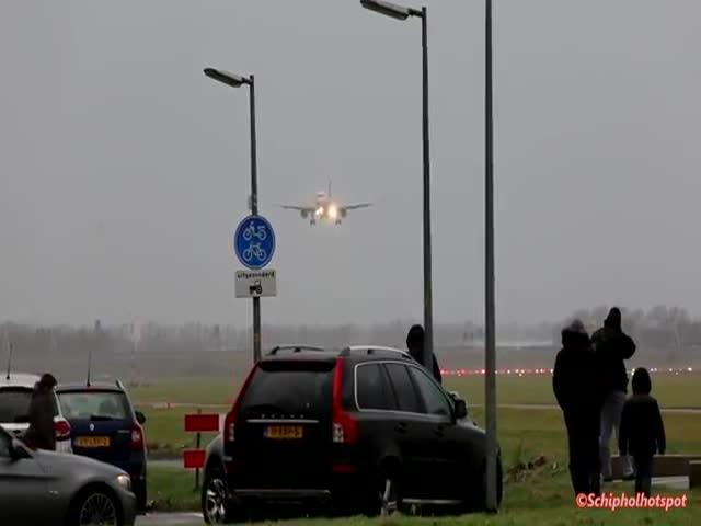 В Амстердаме пилот снова набрал высоту в условиях плохой погоды
