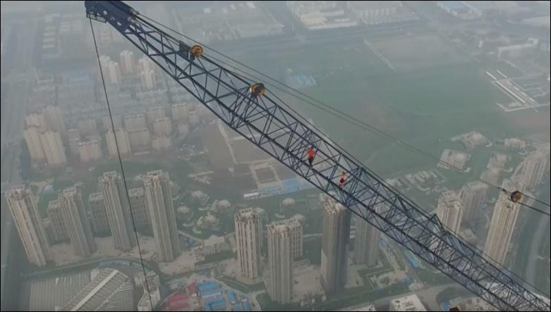 В Китае парень и девушка забрались на огромный строительный кран