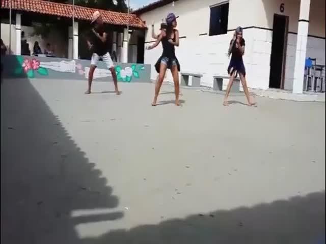 Удар молнии перепугал танцующих школьников