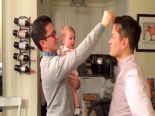 Отец и его брат-близнец прикалываются на малышом (4.132 MB)
