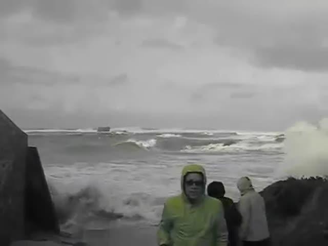Не стоит гулять по пляжу в шторм (5.729 MB)