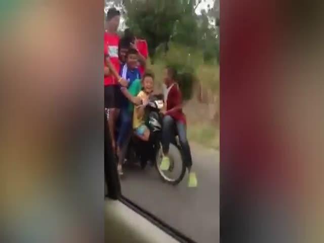 Дети едут в школу в Таиланде (2.346 MB)