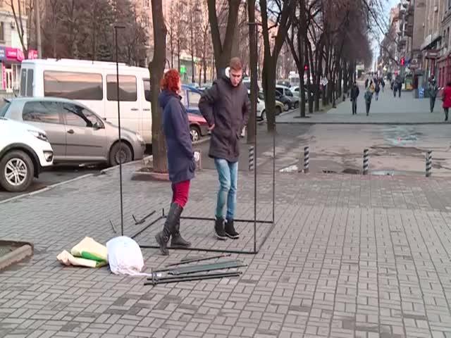 У журналистов не получается собрать палатку для опроса (14.880 MB)