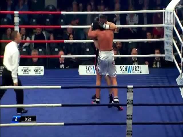 Боксер укусил соперника и подрался с его тренером (2.942 MB)