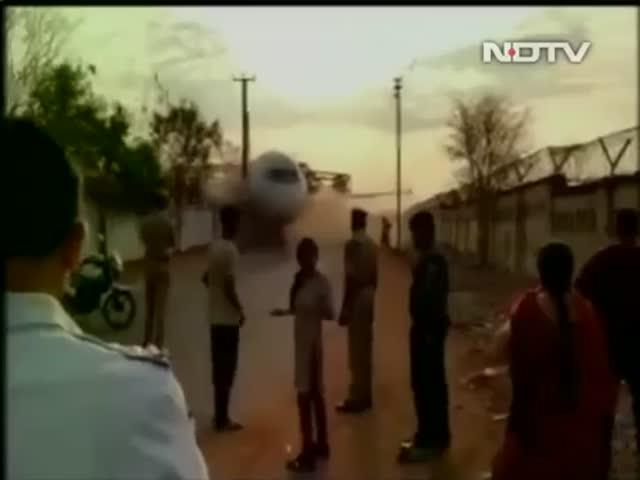 В Индии подъемный кран не выдержал вес самолета (2.042 MB)