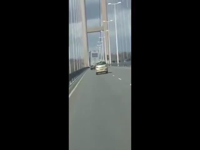 В Англии сильный ветер сдул грузовик (1.594 MB)
