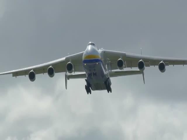 Посадка самого большого самолета в мире - Ан-225 Мрия (4.616 MB)