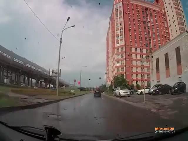 В Санкт-Петербурге бетонная плита взлетела в воздух (2.696 MB)