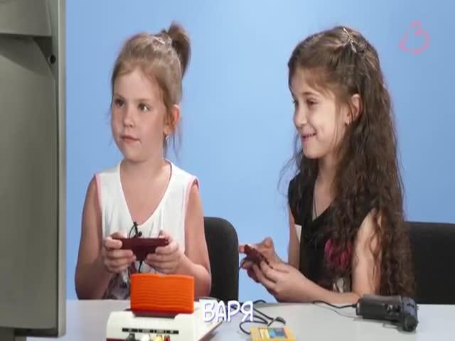 Дети играют в старенькую игровую приставку Денди (9.549 MB)