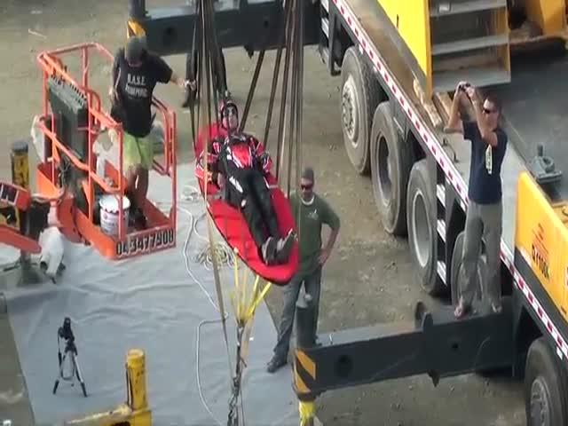 В Дубае каскадера запустили в воздух из огромной рогатки (8.191 MB)