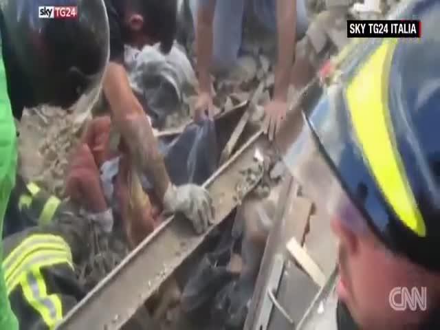 В Италии девочка пролежала под завалами 17 часов