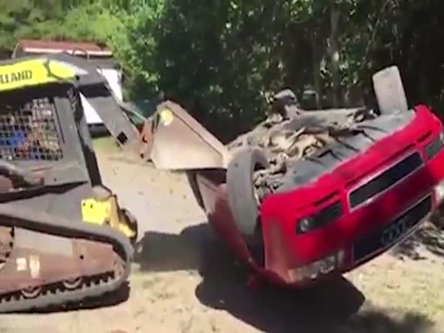 Отец уничтожил машину дочери, после того, как застукал ее с парнем в этом авто