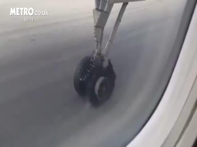 В Бангкоке у самолета лопнуло колесо во время взлета