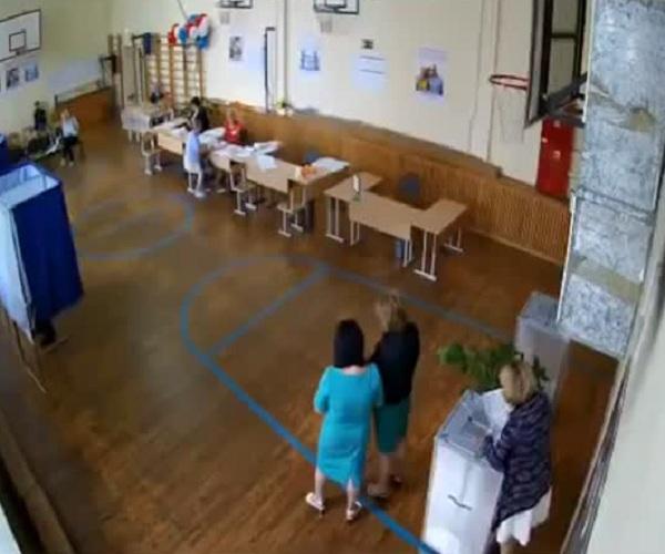В Ростове-на-Дону вброс бюллетеней попал на камеру