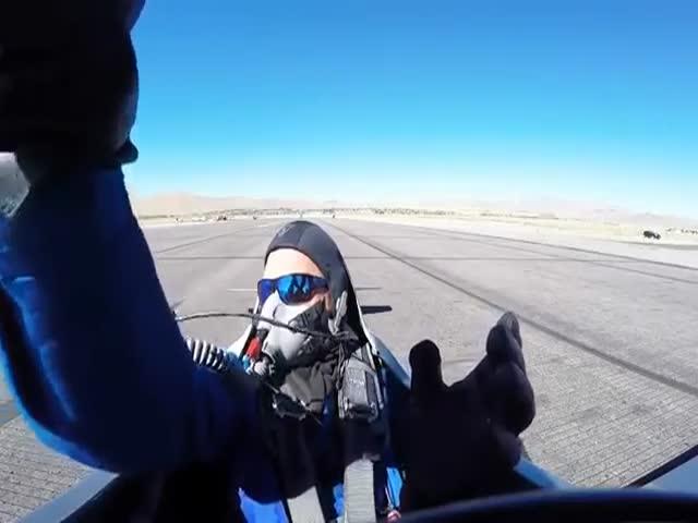 Не сумевшего вовремя стартовать летчика задел другой самолет