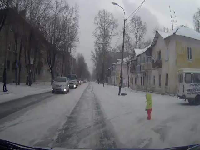 В Хабаровске водители вовремя убрали маленькую девочку с дороги