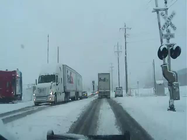 Из-за неисправности на железнодорожном переезде поезд протаранил грузовик