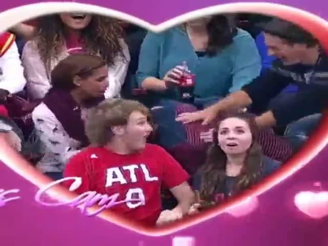 Неудачное предложение руки и сердца, снятое камерой для поцелуев на стадионе