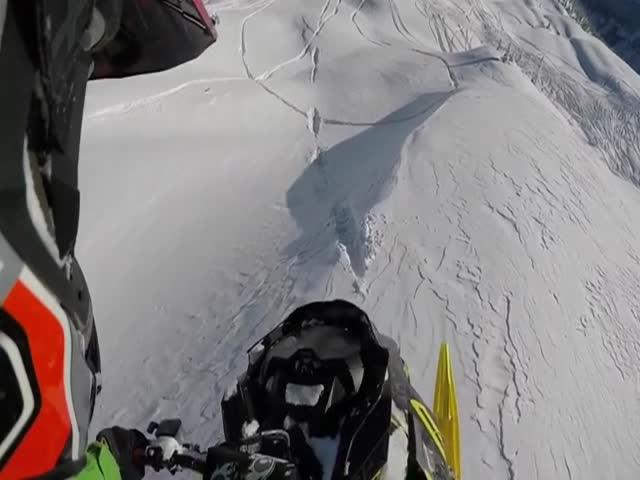 Безумный прыжок на снегоходе экстремала Джона Жана