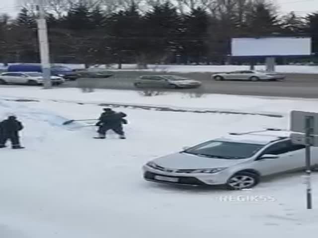 В Омске сгребают снег с сугроба, который облили краской для привлечения внимания