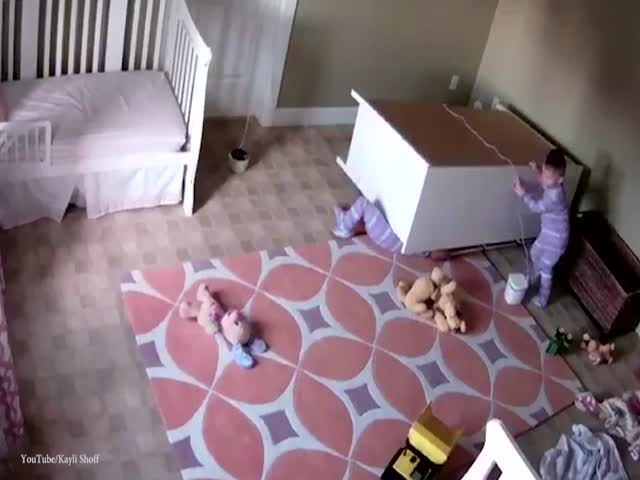 Два брата-близнеца опрокинули комод