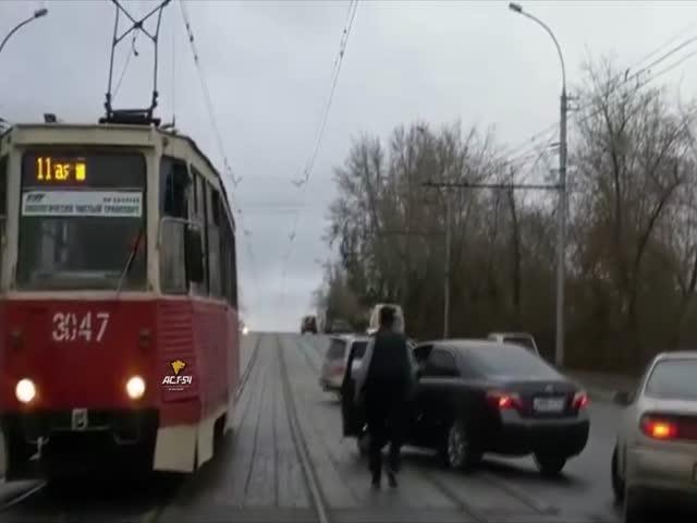В Новосибирске водитель и пассажир Тойоты угрожают водителю трамвая