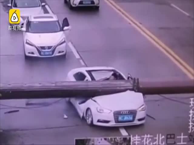 В китайской провинции Гуандун башенный кран упал на проезжающий автомобиль